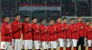 Para pesepak bola anggota tim nasional Indonesia menyanyikan lagu kebangsaan ketika akan melawan timnas Thailand dalam pertandingan kualifikasi grup B AFF U-19 Championship 2013 di Gelora Delta Sidoarjo, Jatim, Senin (16/5).