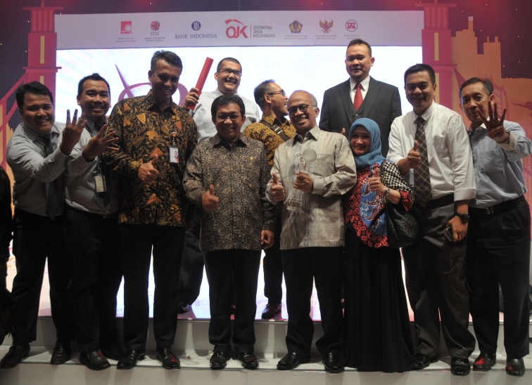 Foto bersama Team AR Bank DKI bersama Direktur Utama Bank DKI, Pak Kresno Sediarsi dan Ketua OJK, Pak Muliaman D Hadad dan Cak Lontong....